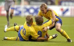 Anders Svensson gjør 1-0 og gratuleres av Marcus Allbäck og Erik Edman. (Foto: Anders Wiklund/Scanpix)