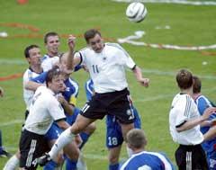 Miroslav Klose header inn 1-0. (Foto: Kai Pfaffenbach/Reuters)