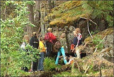 Skuleklasse ved Olavskjelda. (Foto: Heidi Lise Bakke, NRK)