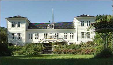 Hovudhuset på Kaupanger Hovedgård vart bygt etter brannen i 1850. (Foto: Ragnvald Søgnesand, NRK)