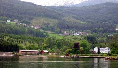 Sagbruket og Kaupanger Hovedgård. (Foto: Arild Nybø, NRK © 2003)