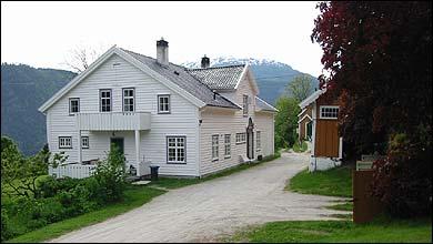 Tunet på Øvre Amla. Hovudhuset til venstre. (Foto: Arild Nybø, NRK © 2003)