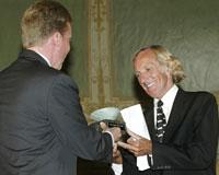 John Pilger ble torsdag tildelt Sofie-prisen 2003 av prisutdeler, miljøvernminister Børge Brende (Foto: Scanpix)