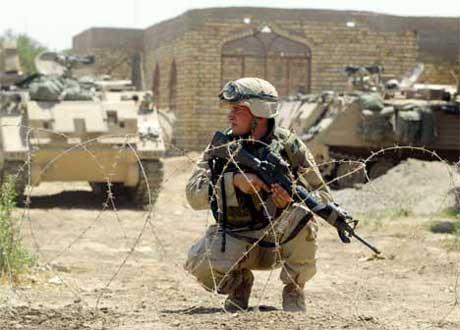 En amerikansk soldat på vakt, etter at det i dag var kamper mellom koalisjonsstyrken og irakiske grupper. (Foto: Radu Sigheti, Reuters)