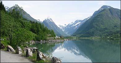 Fj�rlandsfjorden og B�ya�yri. (Foto: Arild Nyb�, NRK � 2003)