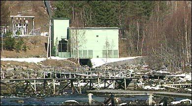 Årøy kraftverk og gangbruer for laksefiske i Årøyelva. (Foto: Dag Harald Kvammen Andersen, NRK)