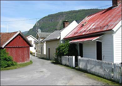I husklyngja mellom bustadhusa i Sogndalsfjøra stod det frå 1819 til 1838 eit sjukehus. Bygningen er riven for lenge sidan. (Foto: Arild Nybø, NRK © 2003)