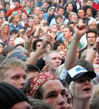 Publikum på Norwegian Wood koste seg med Counting Crows selm om det ikke bare var solskinn. Foto: Roy Strømsnes, NRK.