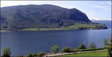 Fimreite sett frå Nornes. (Foto: Arild Nybø, NRK © 2003)