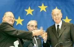Konventents president Valery Giscard d Estaing (t.h.) sammen med visepresidentene Jean Luc Dehaene (h) og Italian Giuliano Amato (midten) drikker champagne for å feire utkastet til ny EU-grunnlov. (Foto:Thierry Roge/Reuters)