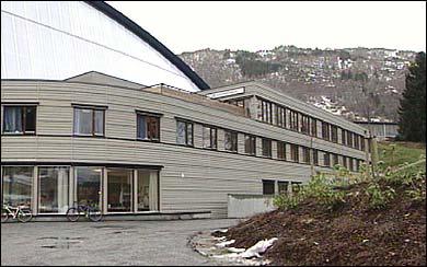 Vestlandsforsking held til i desse lokala ved Sognallen. (Foto: Arild Nybø, NRK)