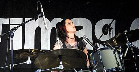 Man merker at Helle Mathiesen liker å spille trommer. Foto: Stian Fjelldal