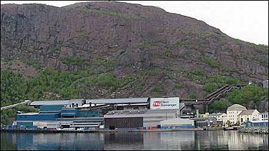 Elkem Bremanger og den gamle kraftstasjonen. (Foto: Arild Nybø, NRK)