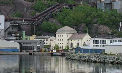 Den gamle kraftstasjonen frå 1921 står midt på området til Elkem. (Foto: Arild Nybø, NRK)