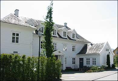 Leikanger Fjord Hotel starta som Olsens hotell i 1902. (Foto: Arild Nybø, NRK)