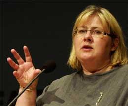 Kommunalminister Erna Solberg sier kommunene er nødt til å sette ned barnehageprisene. (Arkivfoto: Scanpix)