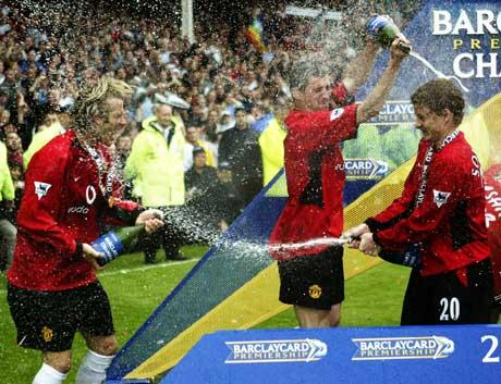 David Beckham feirer seriegullet på Goodison Park 11. mai 2003 sammen med Roy Keane og Ole Gunnar Solskjær. (Foto: Clive Brunskill/Getty Images)