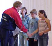 Marius Skåre fra svømmeforbundet delte ut premier til elevene