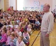 En stolt rektor Per Urke foran elevene sine