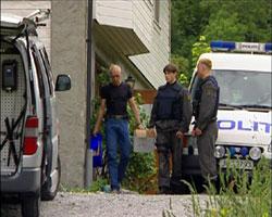 Etterforskere fra politiet forlater drapsstedet. (Arkivfoto: NRK)