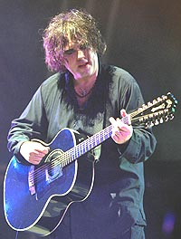 Robert Smith fra The Cure hjelper Blink 182. Foto: Liam Nicholls / Newsmakers.
