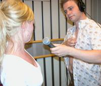 Reporter Roy Strømsnes får gode tips fra Christina Risan Aasen fra H&M om hva som er god bademote. (Foto: Eirik Kjos).