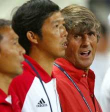 Bora Milutinovic har måttet lære seg mange nasjonalsanger. Her synger han den kinesiske før kampen mot Brasil under fotball-VM 2002 der Kina tapte 4-0. (Foto: Ben Radford/Getty Images)