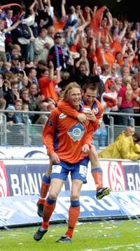 Tor Hogne Aarøy jubler etter å ha scoret Aalesunds andre mål, mens Morten Moldskred, som scoret 0-1 målet, henger seg på. Foto: June R. Johansen, Sunnmørsposten/SCANPIX)