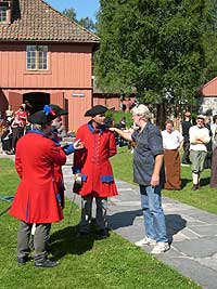 Regissør Qviller gir noen siste instruksjoner til soldatene.