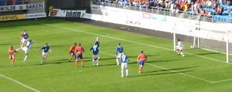 AaFKs Øyvind Gjerde scorer her seiersmålet på Molde stadion og Ålesund vinner dermed sin første kamp i elieteserien
