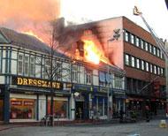 """Fasaden til """"Tjære Trondheim blir like høy som Handelstandens hus. Bilde fra bybrannen i desember 2002."""