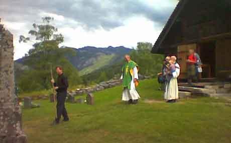 Pilgrimskaren ble velsinget av presten før de startet. Foto: Børre Karterudseter