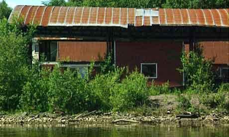 Forfallen bygning ved Skienselva. Foto: Lars Tore Endresen.