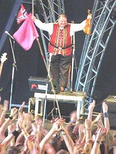 Folkemusikk-ikonet Knut Buen varmet opp før Gåte og fikk meget stor applaus fra publikum. Foto: Jørn Gjersøe, nrk.no/musikk