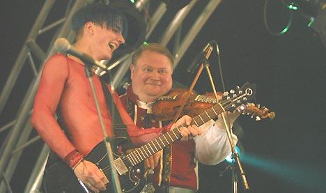 Fele-sjef Knut Buen sammen med gitarist Magnus Børmark fra Gåte på Roskilde torsdag. Foto: Thor Nielsen.