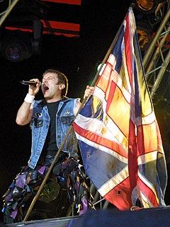 Bruce Dickinson og Iron Maiden sjarmerte Roskildepublikummet med sin tidløse metal. Foto: Jørn Gjersøe, NRK.no/Musikk.
