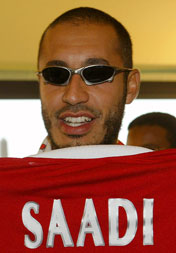 Saadi Gaddafi viste fram sin nye drakt (Foto: Scanpix)