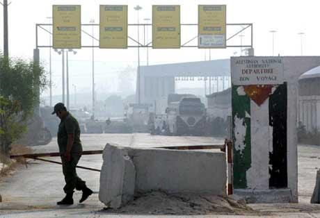 Palestinsk sikkerhetsoffiser ved Erez der veisperringer ble fjernet (Scanpix/AFP)