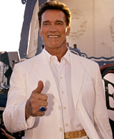 SELGER: Arnold Schwarzenegger arrangerer loppemarked i California.