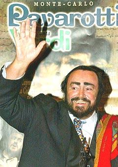 Operasangeren og tenoren Lucianno Pavarotti var på scenen for første gang siden januar på lørdag. Foto: AP Photo / Bruno Bebert.