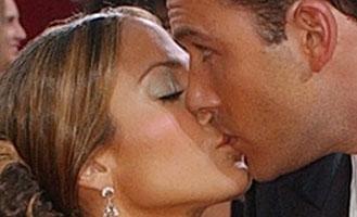 Ben Affleck kysser sin forlovede Jennifer Lopez, men ser ut som om han har tankene sine helt andre steder