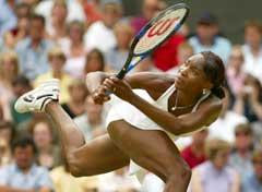 Venus Williams med en akrobatisk retur i kvartfinalen mot Lindsay Davenport. (Foto: Jeff J Mitchell / Reuters)
