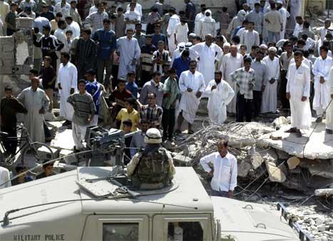 Amerikansk militærpoliti ved moskeen i byen Falluja, der minst seks irakere ble drept i går kveld. (Foto: Reuters-Scanpix)