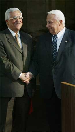 Mahmoud Abbas (til venstre) og Ariel Sharon utveksla handtrykk på pressekonferansen.( AP-foto)