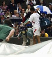 Mark Philippoussis måtte pare pakke sammen da regnet tok over (Foto: Getty)