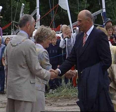 Kong Harald blir tatt i mot av ordfører i Fredrikstad, Ole Haabeth. (Foto:NRK)