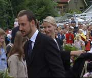 Kronprinsparet ankom Hankø og ble godt mottatt av de mange menneskene som hadde møtt fram for å hylle kronprinsens farfar. (Foto: NRK)