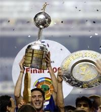Bocas kaptein Diego Cagna hever pokalen etter seieren i Libertadores Cup (Foto: Sergio Moraes/Reuters)