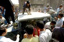 RASENDE: En irakisk folkemengde gikk løs på vraket av den amerikanske militærjeepen (Foto: Reuters/Scanpix).