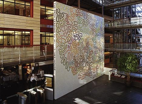 MOSAIKK: Den monumentale mosaikkveggen på Fornebu av kunstneren Olav Christopher Jenssen har fått tittelen «The Path leading to Nietzsches House». (Kunstverkene er gjengitt etter tillatelse fra kunstner/BONO)